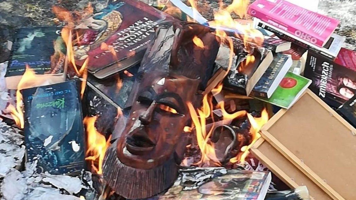 W Polsce fanatycy religijni palą książki